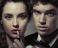 Attraktive Paare gegenüber von dem Spiegel Stockfoto