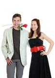 Attraktive junge Paare mit stiegen in den Mund, der auf dem weißen Hintergrund getrennt wurde Lizenzfreie Stockfotografie