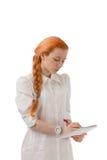 Attraktive Redheadfrau mit einem langen Zopf Lizenzfreies Stockfoto