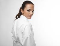 Attraktive junge sexy Frauen in einem Karate werfen auf Lizenzfreies Stockfoto