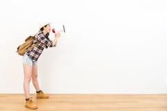 Attraktive junge Studentin, die Megaphon hält Lizenzfreie Stockfotografie