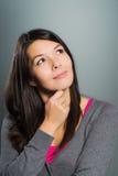 Attraktive kreative Frau, die ihre Fantasie verwendet Lizenzfreie Stockbilder