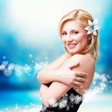 Attraktive lächelnde blonde Frau Stockfotos