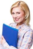 Attraktive lächelnde Blondine mit den Dokumenten, die Kamera untersuchen Lizenzfreies Stockbild
