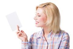 Attraktive lächelnde Blondine mit einer leeren Karte Stockfotos