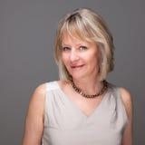 Attraktive lächelnde elegante fällige Frau Lizenzfreie Stockbilder