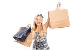 Attraktive lächelnde Frau mit Einkaufenbeuteln Stockfotos