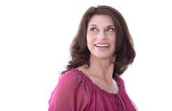 Attraktive lächelnde Frau von mittlerem Alter im Porträt stockbild