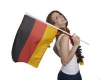 Attraktive lächelnde Frau zeigt deutsche Flagge Stockfotos