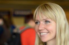 Attraktive lächelnde junge blonde Frau Lizenzfreies Stockbild