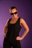 Attraktive lächelnde junge Brunettefrau Lizenzfreie Stockfotos