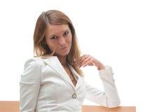 Attraktive lächelnde junge Frau in der weißen Jacke Lizenzfreies Stockfoto