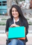 Attraktive lateinische Frau mit zwei Einkaufstaschen Lizenzfreie Stockbilder
