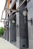 Attraktive Laternen auf zeitgenössischem Gebäude Lizenzfreie Stockfotografie