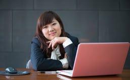 Attraktive lächelnde junge Geschäftsfrau Stockfotografie