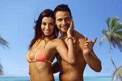 Attraktive liebevolle Paare an den Sommerferien Stockbild