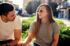 Attraktive liebevolle Paare, die Spaß im Sommer haben Stockfoto