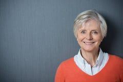 Attraktive ältere Frau mit einem strahlenden Lächeln Stockbilder
