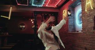 Attraktive Männer, die in die Stange tanzen und den Smartphone macht Fotos halten stock video footage