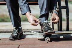 Attraktive männliche Hände, die Spitzee auf Schuhen binden stockfotografie