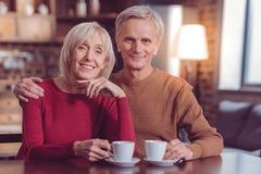 Attraktive männliche Person, die seine Frau umfasst stockfotografie