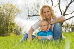 Attraktive Mamma und ihr Sohn draußen. Lizenzfreie Stockfotografie