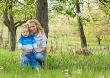 Attraktive Mamma und ihr Sohn draußen. Stockbild