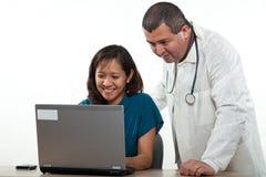 Attraktive Mann- und Frauengesundheitswesenarbeitskräfte Lizenzfreies Stockfoto