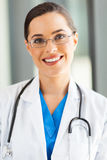 Attraktive medizinische Arbeitskraft stockbild