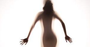 Attraktive mexikanische Frau, die hinter Vorhang steht Stockbild