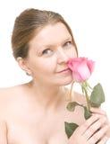 Attraktive mittlere erwachsene Frau mit einem rosa stieg, weibliches Gesicht des Galans lizenzfreies stockfoto