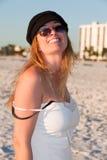 Attraktive mittlere gealterte blonde Frau am Strand Lizenzfreie Stockfotografie