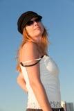 Attraktive mittlere gealterte blonde Frau am Strand Lizenzfreies Stockbild