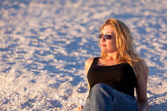 Attraktive mittlere gealterte blonde Frau am Strand Lizenzfreie Stockfotos
