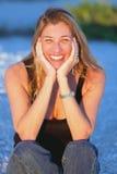 Attraktive mittlere gealterte blonde Frau am Strand Stockfoto