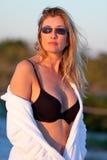 Attraktive mittlere gealterte blonde Frau am Strand Stockbild