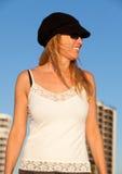 Attraktive mittlere gealterte blonde Frau am Strand Lizenzfreies Stockfoto