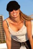 Attraktive mittlere gealterte blonde Frau am Strand Stockbilder