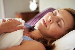 Attraktive mittlere Greisin schlafend im Bett Lizenzfreie Stockfotos