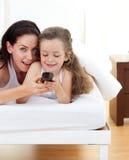 Attraktive Mutter und ihre Tochter, die Spaß hat lizenzfreies stockbild