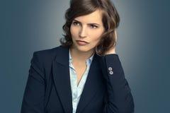 Attraktive nachdenkliche Frau, die in Raum anstarrt Lizenzfreie Stockbilder