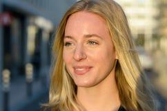 Attraktive nachdenkliche junge blonde Frau Stockfotografie
