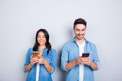 Attraktive, nette, lächelnde Liebhaber in der zufälligen Ausstattung, Jeans shi Stockbilder