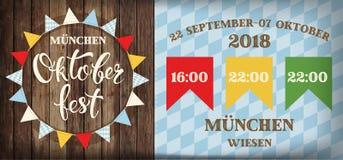 Attraktive oktoberfest Feier kennzeichnet Festivalplakat mit dem Auffrischungsgetränk, das auf hölzerner Planke, oktoberfest Durc Stockfotografie