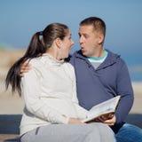 Attraktive Paare auf Küste Lizenzfreie Stockfotografie