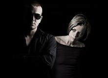 Attraktive Paare auf schwarzem Hintergrund stockbilder