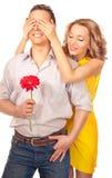 Attraktive Paare der Liebhaber. Mann stellt Blume dar. lizenzfreies stockfoto