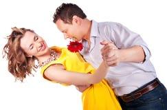Attraktive Paare der Liebhaber. Mann stellt Blume dar. lizenzfreie stockbilder