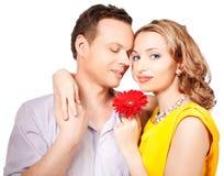 Attraktive Paare der Liebhaber. Mann stellt Blume dar. stockfoto