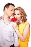 Attraktive Paare der Liebhaber. Mann stellt Blume dar. stockbild